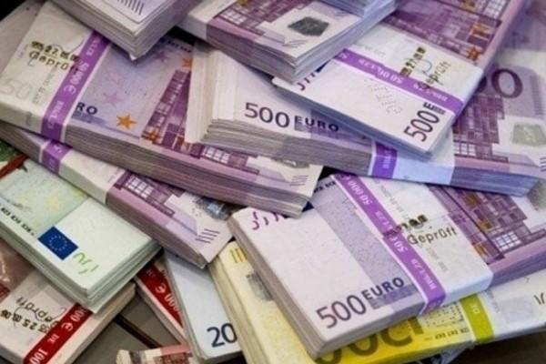 Άνδρας «μοίραζε» φακέλους με 200.000 ευρώ!