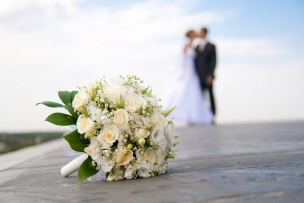 Σοκ: Παρίστανε την καλεσμένη σε γάμους και έκλεβε τα δώρα του ζευγαριού! (photos-video)