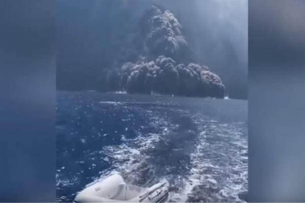 «Ξύπνησε» το ηφαίστειο Στρόμπολι!  H συγκλονιστική στιγμή που η τέφρα «κυνηγά» σκάφος! (Video)