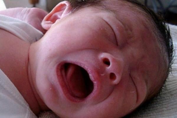 """Ο """"ακίνδυνος"""" βήχας του μωρού χειροτέρευε συνεχώς, μέχρι που η μαμά ανακάλυψε κάτι τρομερό στη κούνια του!"""