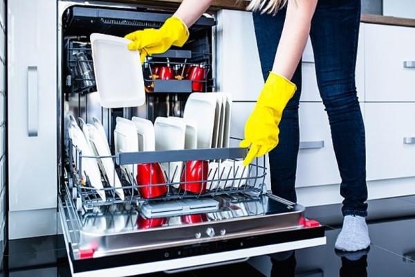 4 απλά βήματα για να καθαρίσετε σωστά το πλυντήριο πιάτων!