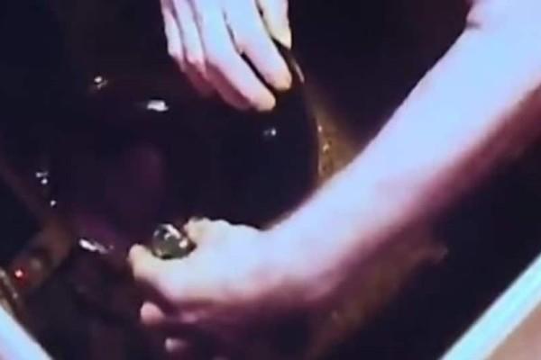Τρόμος! Έβαλε κρυφή κάμερα στην κουζίνα - «Πάγωσε» μόλις είδε τι της έκανε ο άνδρας της (Video)