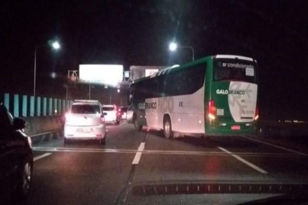 Συναγερμός στη Βραζιλία: Άντρας κρατά ομήρους επιβάτες λεωφορείου! (Video)