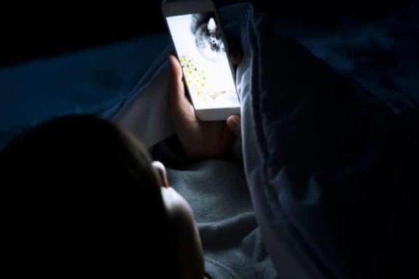 Κοιτάζετε το κινητό σας πριν κοιμηθείτε; Δείτε γιατί δεν πρέπει να το κάνετε!