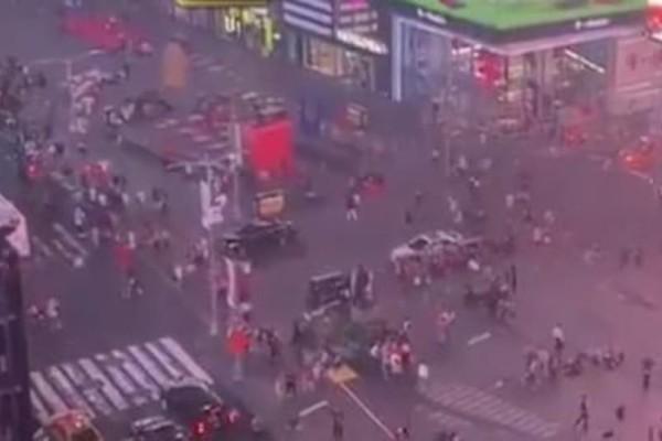 Πανικός στην Τάιμς Σκουέρ: Πολίτες έτρεχαν έντρομοι όταν άκουσαν κρότους (Video)