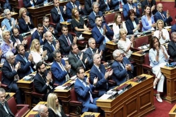 Ζευγάρι στη ζωή, κολλητοί και στη Βουλή: Ποιους «έπιασε» ο φακός να κάθονται δίπλα – δίπλα! (photo)