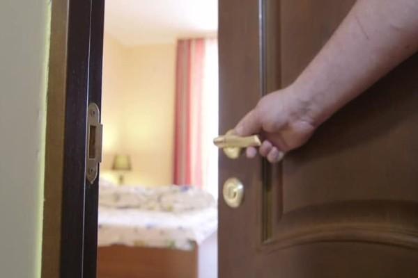 Όταν μπήκε στο δωμάτιο της κόρης του αντίκρισε τον εφιάλτη κάθε πατέρα! Η αντίδρασή του;
