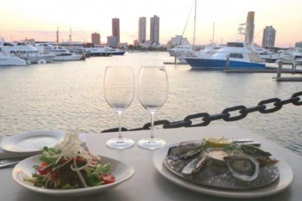 Απίστευτο: Έφαγε σε ακριβό εστιατόριο και όταν ήρθε ο λογαριασμός έπεσε στη θάλασσα!