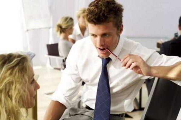 Πώς θα τα καταλάβεις ότι σε θέλει ο συνάδελφος!