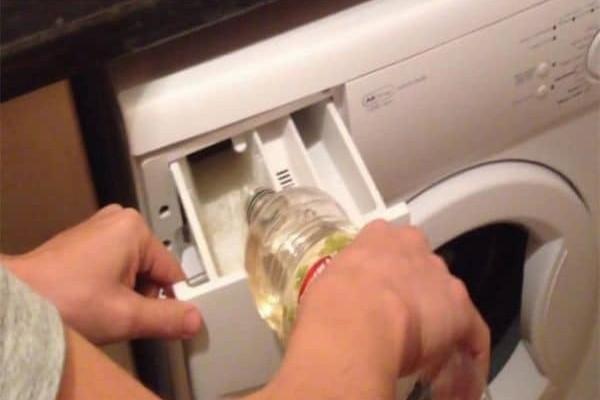 Ελάχιστοι ξέρουν: Έριξε αυτό το απλό υλικό στο πλυντήριο ρούχων!