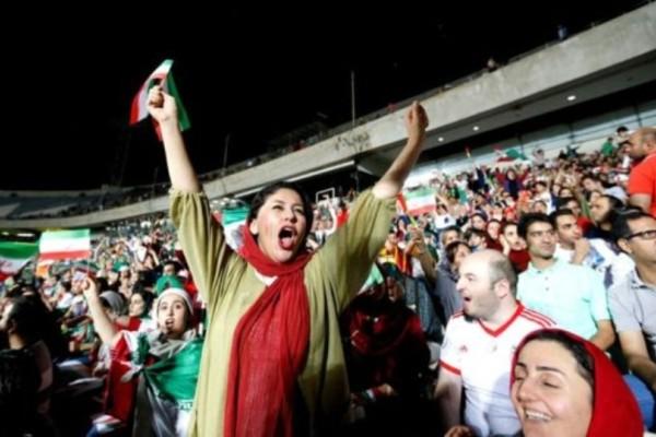 Ιράν: Γυναίκα αυτοπυρπολήθηκε για την απαγόρευση των γυναικών στο γήπεδο!