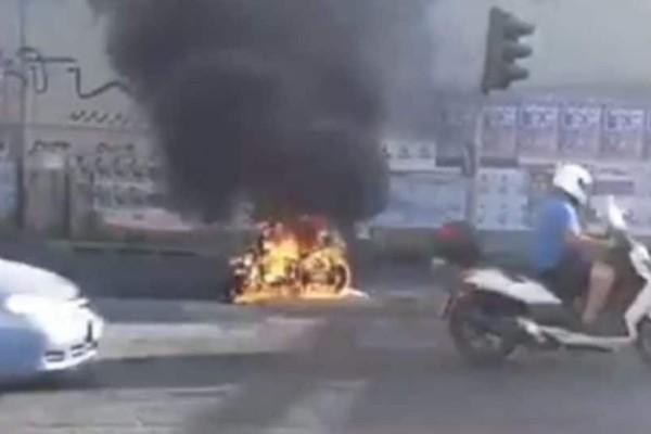 Πανικός στο Χαλάνδρι: Μοτοσυκλέτα τυλίχτηκε στις φλόγες! (video)