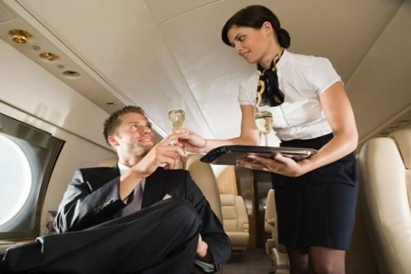 Τι κάνει μία αεροσυνοδός όταν της αρέσει κάποιος από τους επιβάτες;