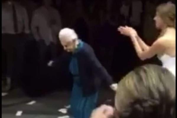 Υπέροχη γιαγιά 98 χρονών χορεύει τη Ρόζα στον γάμο της εγγονής της!