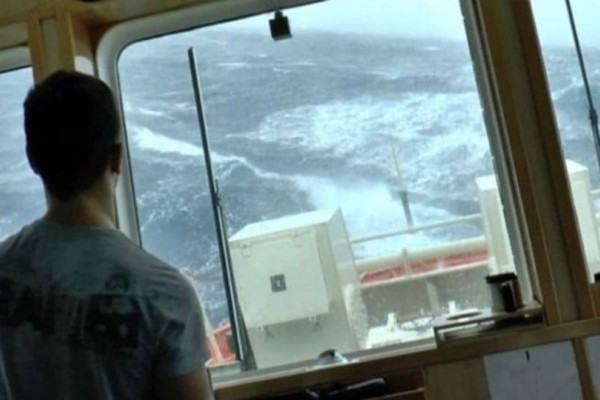 Ένα βίντεο για τους Έλληνες ναυτικούς που με κίνδυνο της ζωής του δουλέυουν!