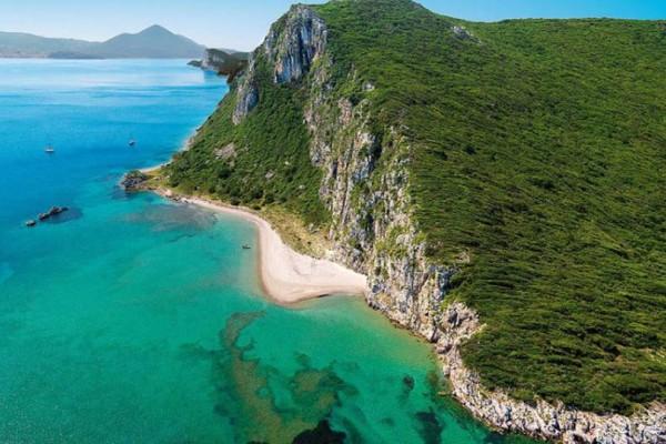 Το σμαραγδένιο - άγνωστο - ελληνικό νησί που βάφτηκε με αίμα!