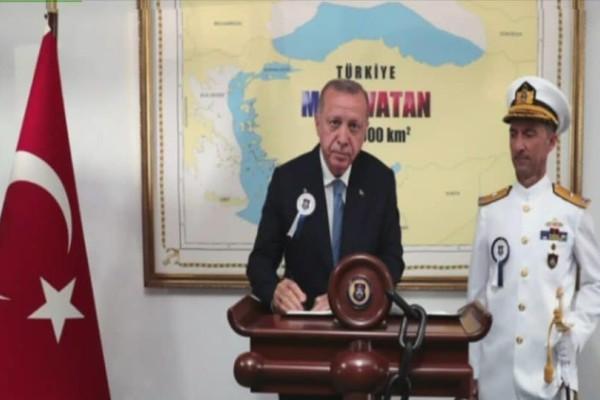 Προκαλεί ο Ερντογάν: Φωτογραφίζεται σε χάρτη που δείχνει τουρκικό το μισό Αιγαίο! (Video)
