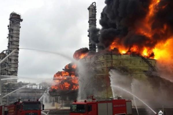Φωτιά μαίνεται σε χημικό εργοστάσιο στη Ρουέν της Γαλλίας!