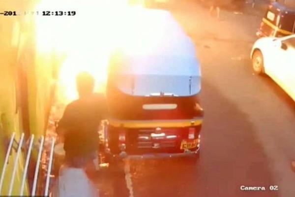 25χρονος στην Ινδία πήρε φωτιά από ένα καλώδιο!
