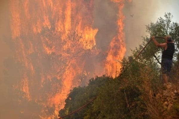 Φωτιά στην Ζάκυνθο: Καταγγελίες για εμπρησμό! Οι κάτοικοι εγκατέλειψαν τα σπίτια τους άρον- άρον!