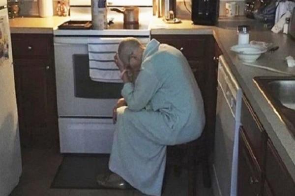 Γύρισε σπίτι και βρήκε την πεθερά του να κλαίει με λυγμούς στην κουζίνα! Μόλις κατάλαβε τι είχε συμβεί, του κόπηκε το αίμα!