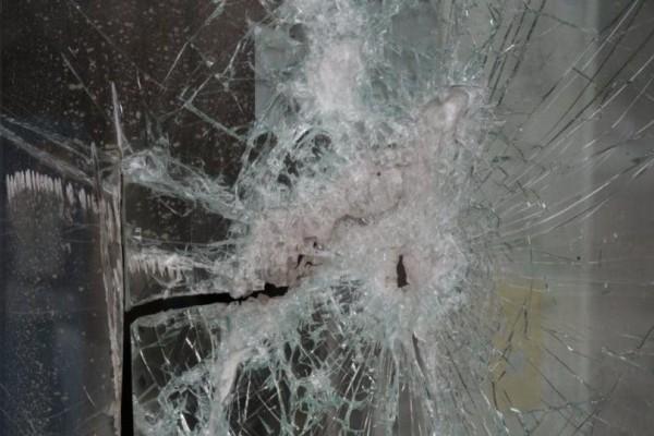 Επίθεση με γκαζάκια στα γραφεία της Νέας Δημοκρατίας στην Πεύκη!