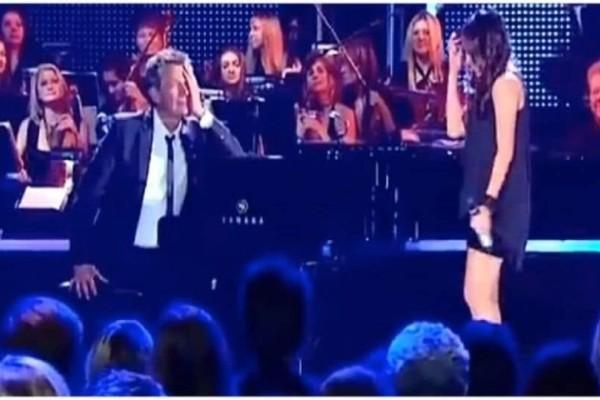 Η νεαρή κοπέλα τραγουδάει σαν άγγελος και ο πιανίστας δεν μπορεί να ελέγξει τα συναισθήματά του! (Video)