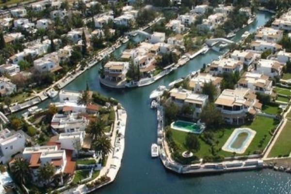 Η «Βενετία» της Ελλάδας: Το «χωριό» που δεν έχει δρόμους αλλά κανάλια! (Video)
