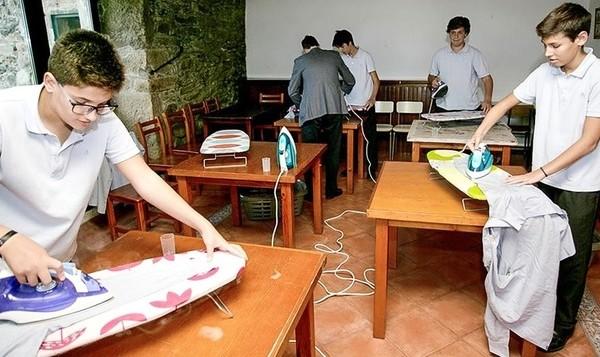 Ισπανικό σχολείο οργάνωσε μαθήματα οικοκυρικών μόνο για αγόρια ώστε να σπάσει τα στερεότυπα!