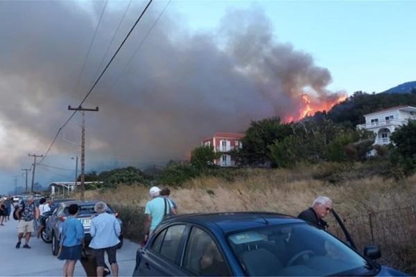 Κεφαλονιά: Ισχυρή πυρκαγιά - Κινδυνεύουν 8 περιοχές!