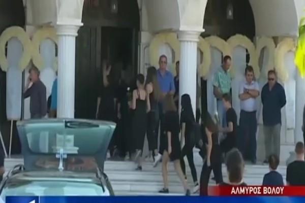 Τραγωδία στο Βόλο: «Ράγισαν» καρδιές στην κηδεία του 14χρονου κοριτσιού στον Αλμυρό! (Video)