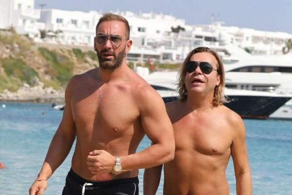 Τρύφωνας Σαμαράς - Νίκος Κοκλώνης: Χαλαροί σε παραλία της Μυκόνου!