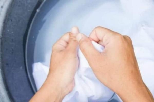 Θα πάθετε πλάκα όταν δείτε πως φεύγει η κιτρινίλα από τα λευκά ρούχα!
