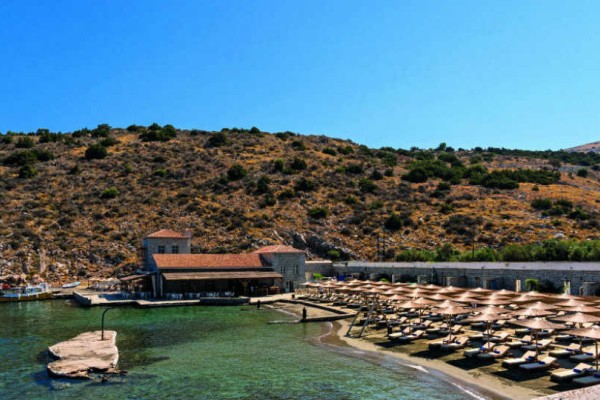 Mandraki beach resort: Οι βουτιές στην Ύδρα που θα σας μείνουν αξέχαστες!