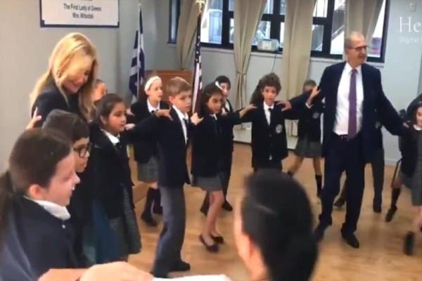 Η Μαρέβα Μητσοτάκη χόρεψε με τα Ελληνόπουλα της Νέας Υόρκης! (Video)
