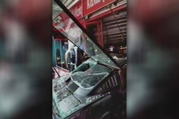 Τραγικό: Μπούκαραν με αυτοκίνητο σε κατάστημα για να κλέψουν!