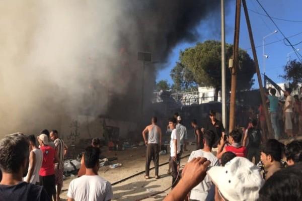 Πυρκαγιά στον προσφυγικό καταυλισμό της Μόριας! Εξέγερση από τους πρόσφυγες στο hot spot!