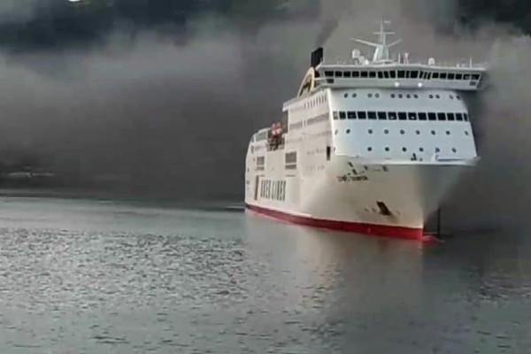 Δυο άτομα έχουν μεταφερθεί με αναπνευστικά προβλήματα στο νοσοκομείο! Φωτιά στο γκαράζ του πλοίου! (Video)