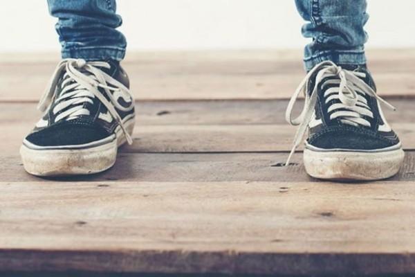 Έπεσε χλωρίνη στα παπούτσια σας; Δείτε πως θα τα σώσετε!