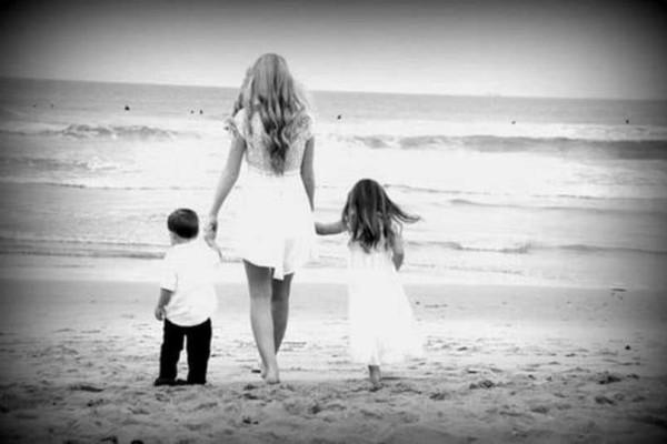 Αληθινή ιστορία: Παντρεύτηκα άντρα με 2 παιδιά και μας εγκατέλειψε... Τα παιδιά του ήταν πια δικά μου... Κι έκανα τα πάντα για να τα μεγαλώσω!