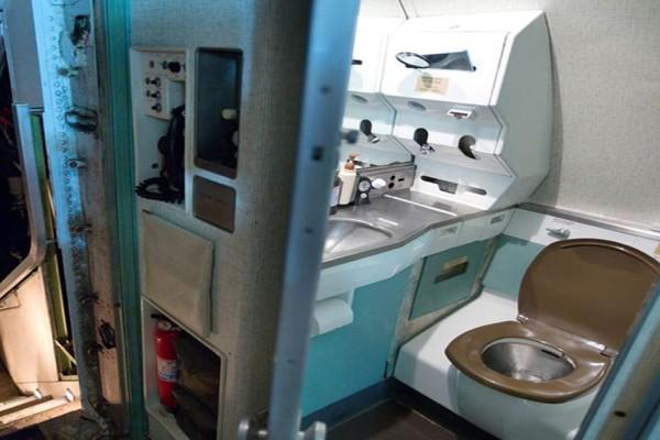 Μπέρδεψε την τουαλέτα με την πόρτα εξόδου του αεροπλάνου – έντρομοι οι υπόλοιποι συνεπιβάτες!