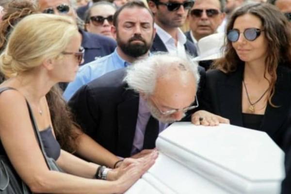 Ζωή Λάσκαρη: Σπαραγμός με το περιστατικό στην κηδεία! Τι έκανε ο Λυκουρέζος και δεν μάθαμε ποτέ;
