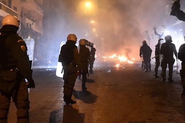 Επίθεση με μολότοφ στα Εξάρχεια: Τραυματίας ένας αστυνομικός!