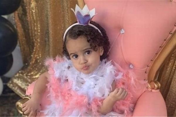 Τραγωδία: Δίχρονη νεκρή από αδέσποτη σφαίρα ενώ ήταν στην αγκαλιά της μαμάς της!