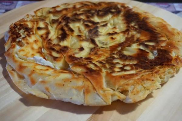 Tραγανή τυρόπιτα-αστραπή.Φτιάχνεται σε 10 λεπτά στο τηγάνι και θυμίζει τις Σκοπελίτικες πίτες