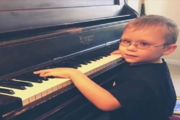 Συγκινητικό: Ο τυφλός 6χρονος που έμαθε να παίζει πιάνο μόνος του!