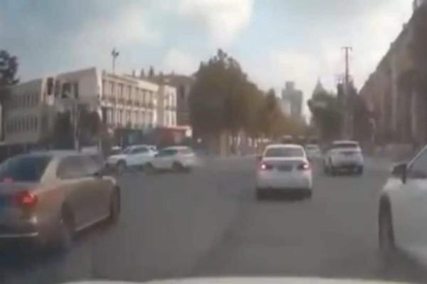 Τρομακτικό τροχαίο: Αυτοκίνητο διασχίζει διασταύρωση αφρενάριστο! 2 νεκροί, 12 τραυματίες! (Video)