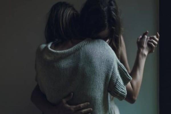 Τις χώρισε η ζωή και τις ένωσε η μοίρα! Έψαχνε παντού την υιοθετημένη της αδερφή και τη βρήκε στη διπλανή πόρτα!