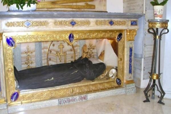 Η Αγία Αικατερίνη πέθανε το 1876, όταν όμως την ξέθαψαν και είδαν το σώμα της όλοι μίλησαν για...! (Video)