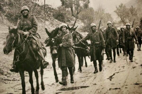 «Τα μάτια του αλόγου μου» - Η συγκινητική ιστορία ενός στρατιώτη που έχασε το άλογό του κυνηγώντας Ιταλούς στην Αλβανία.